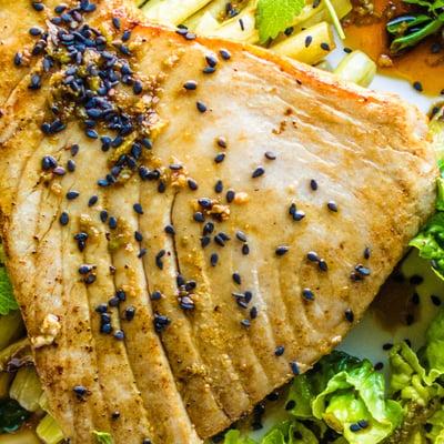 Szójában pácolt tonhalsteak ázsiai salátával
