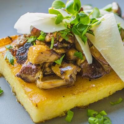Grillezett polenta pirított erdei gombákkal, érlelt sajtokkal