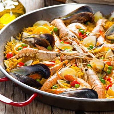 Spanyol paella tenger gyümölcseivel